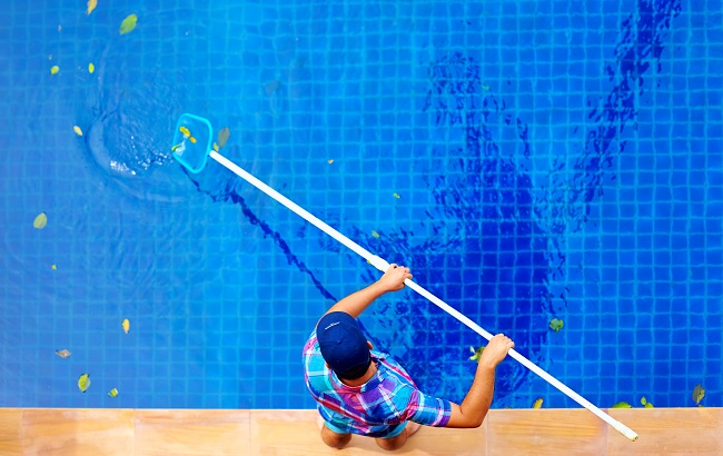 3 Reasons to Use a Professional Pool Cleaning Service